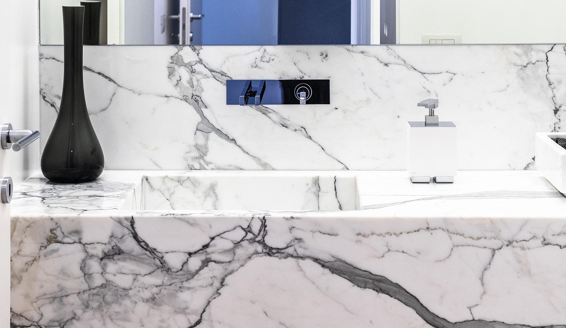 marmi-strada-bagni-in-marmo-naturale-lavelli-vasche-docce-rivestimenti-1